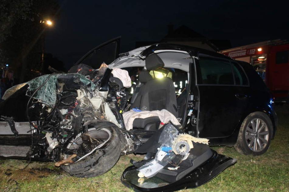 Der 18-Jährige und sein Beifahrer waren in dem demolierten Auto eingeklemmt.