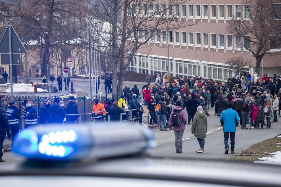 Bei der Demo in Annaberg-Buchholz wollten Eltern und Kinder mit lautstarkem Protest den Landrat auf die Schließung aufmerksam machen.