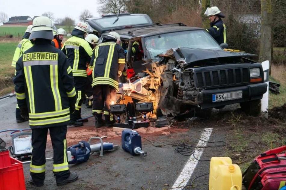 Jeep kracht gegen Baum: Frau wird in Wagen eingeklemmt und schwer verletzt
