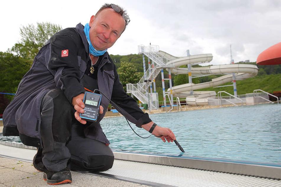 Nur knapp über 14 Grad Wassertemperatur misst Platzwart Frank Kollasch (52) im Becken im Stauseebad Cossebaude.