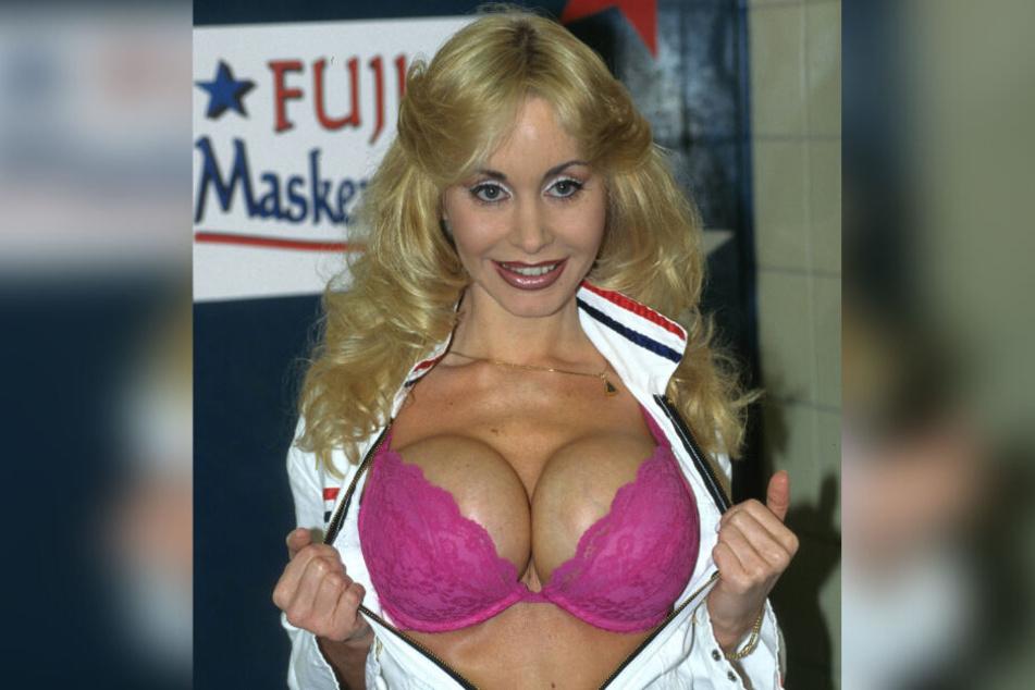 In den 80er und 90er Jahren wurde Dolly Buster als Sexkanone bekannt, wirkte in vielen Erotikfilmen mit, machte sich aufgrund ihrer enormen Oberweite schnell einen Namen.