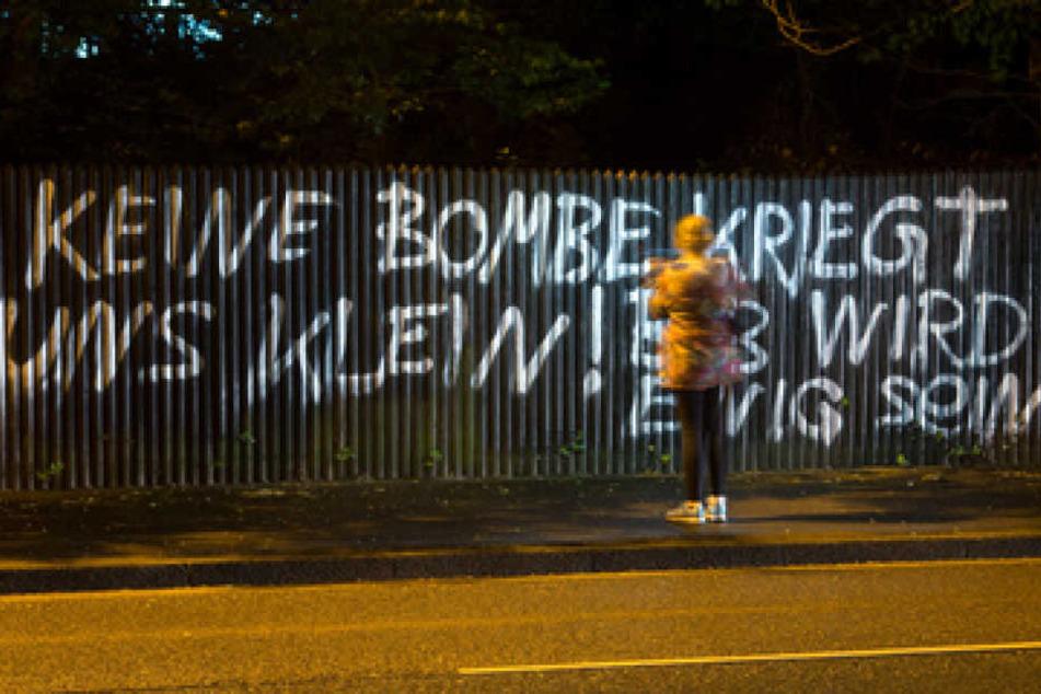 """Der Schriftzug """"Keine Bombe kriegt uns klein! BVB wird ewig sein"""" steht in Dortmund an einem Zaun geschrieben. Hier explodierten neben dem Mannschaftsbus von Borussia Dortmund drei Sprengsätze."""