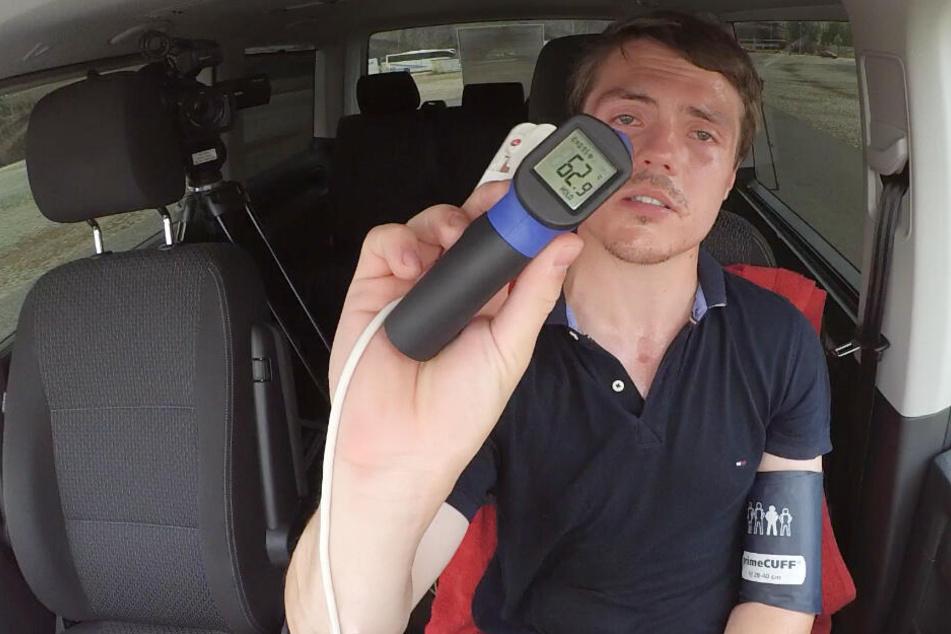Unser Video-Reporter Tom hat's getestet: Fast 63 Grad heiß wurde es im Innenraum des Autos über dem Armaturenbrett!