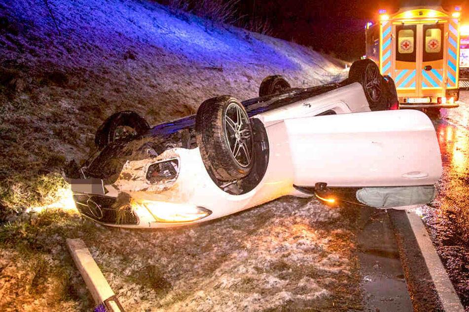 Fahrer überschlägt sich mit Mercedes-Cabrio bei Schneefall
