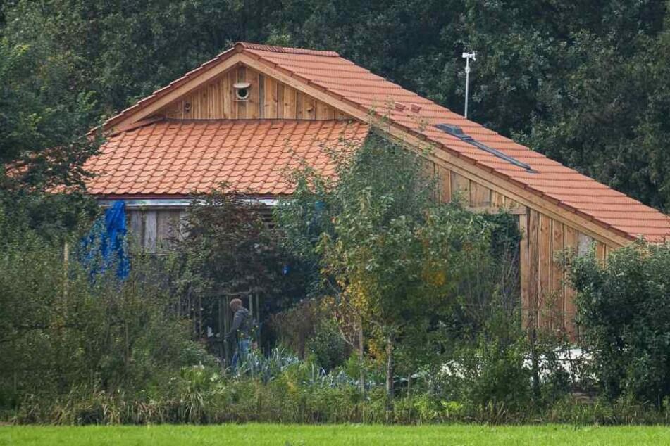 Ein Polizist geht auf Spurensuche um den abgelegenen Hof, in dessen Keller eine Familie jahrelang gehaust haben soll, herum.