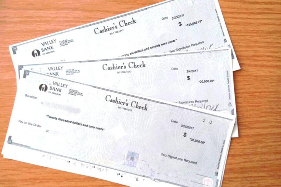 Diese Schecks im Wert von umgerechnet rund 157.000 Euro hat das Paar im Flugzeug vergessen.