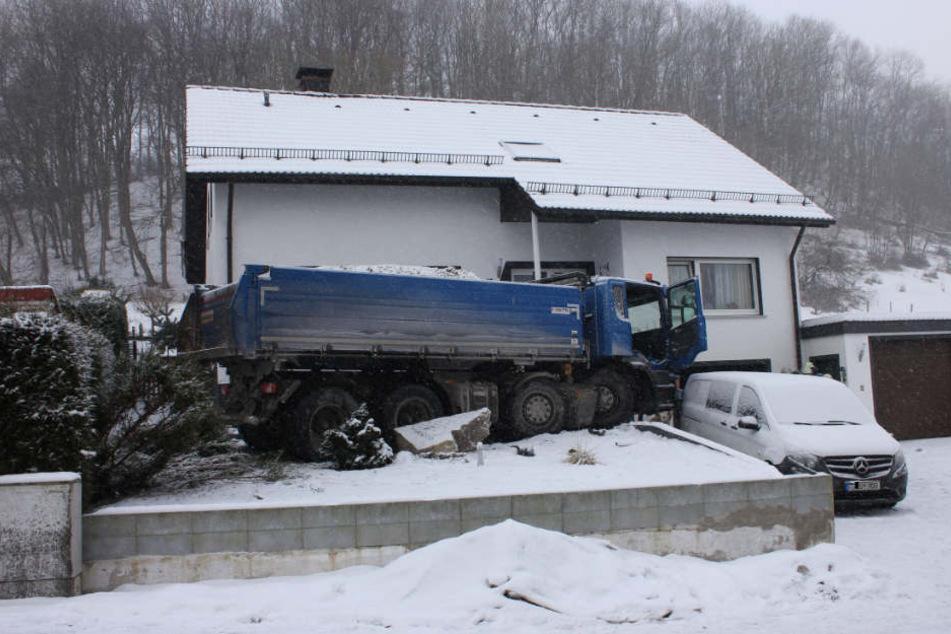 Der Laster kam erst vor dem Einfamilienhaus zum Stehen.