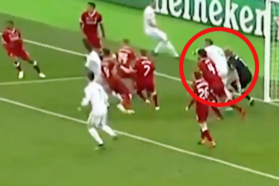Hier rammt Sergio Ramos Karius in der 48. Minute den Ellenbogen an den Kopf.