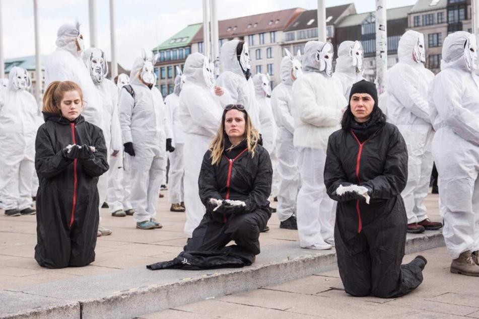 """Mitglieder der """"SoKo Tierschutz"""" halten tote Kaninchen."""