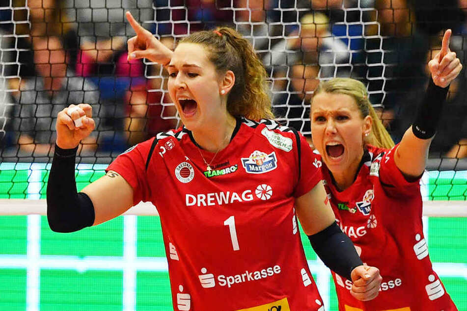 Die Freude muss raus: Barbara Wezorke (li.) und Mareen Apitz (re.) bejubeln einen Punkt.