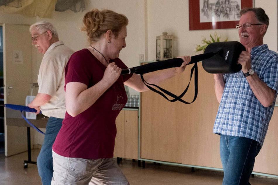 Brigitte Wussow (M) trainiert mit einem Regenschirm, der als Waffe dient.