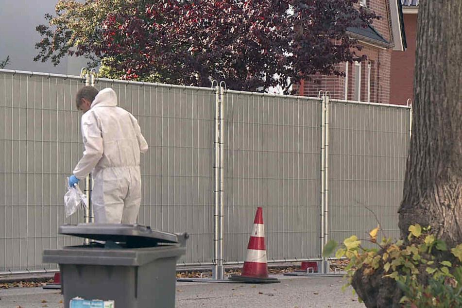 Ein Mitarbeiter der Spurensicherung arbeitete vor einer Absperrung, nachdem bei einem Einsatz der Polizei ein junger Obdachloser erschossen worden war.