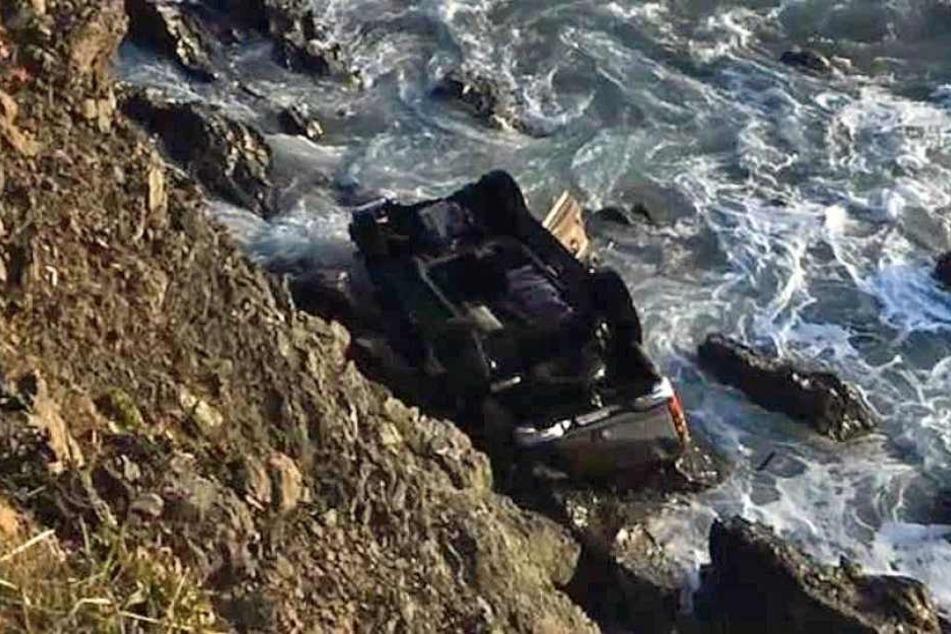Das Fahrzeug wurde auf dem Dach liegend an dem Steilstrand gefunden.