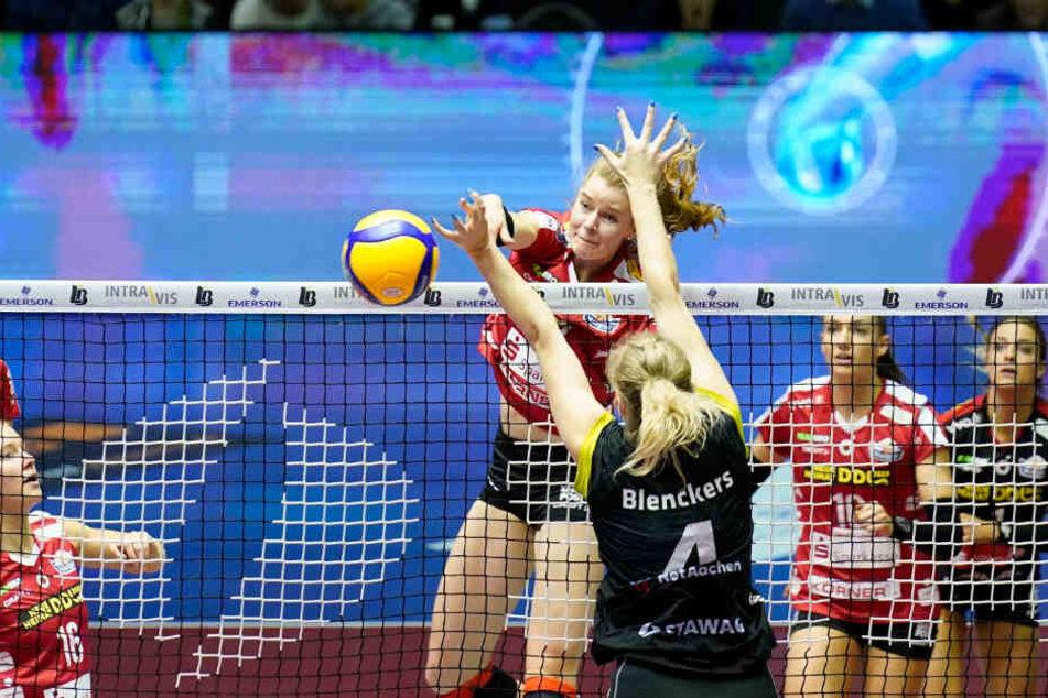 Schöner DSC-Angriff: Camilla Weitzel schmettert den Ball an Aachens Lynn Blenckers vorbei ins gegnerische Feld.