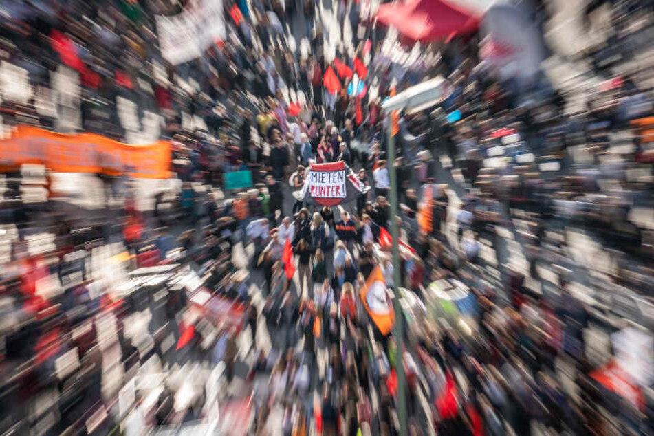 Gleich drei Demonstrationen mit geschätzt rund 15.000 Teilnehmern finden am Sonntag in Frankfurt statt (Symbolbild).