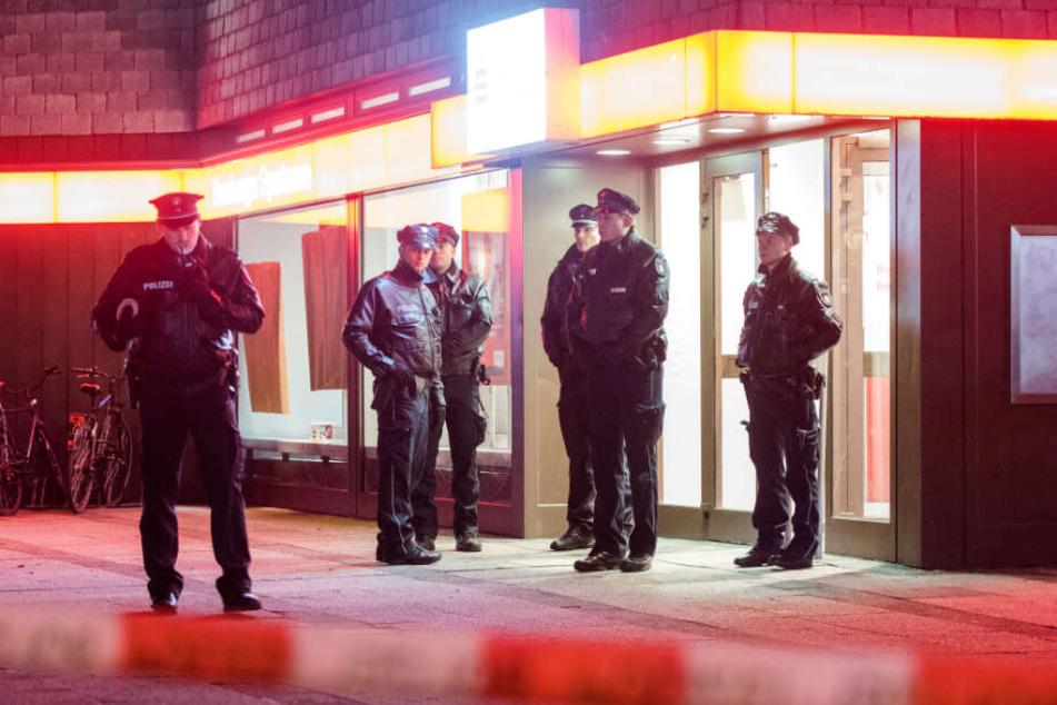 Polizisten stehen nach dem Überfall auf die Haspa vor der Filiale. (Archivbild)