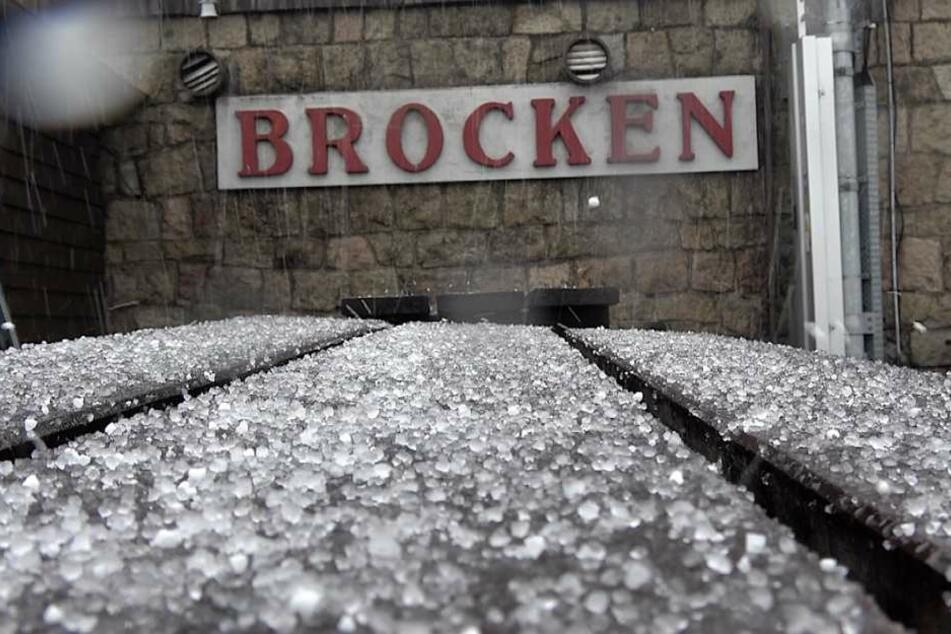 Auf dem Brocken im Harz ist am Montag der erste Schnee gefallen.