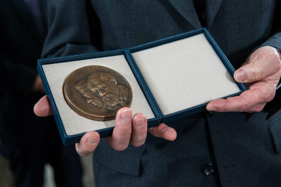 Die (undotierte) Buber-Rosenzweig-Medaille (F.) erhielten vor Merkel etwa Sänger Peter Maffay (70) und Architekt Daniel Libeskind (73).
