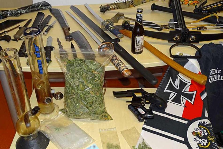 Bei einer Razzia gegen Reichsbürger sichergestellte Waffen und Drogen.