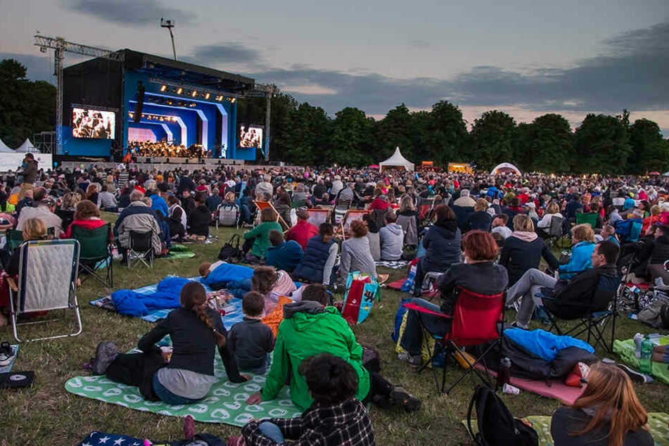 Ein weites Feld: Rund zehntausend kamen mit Kind und Kegel zum Konzert.
