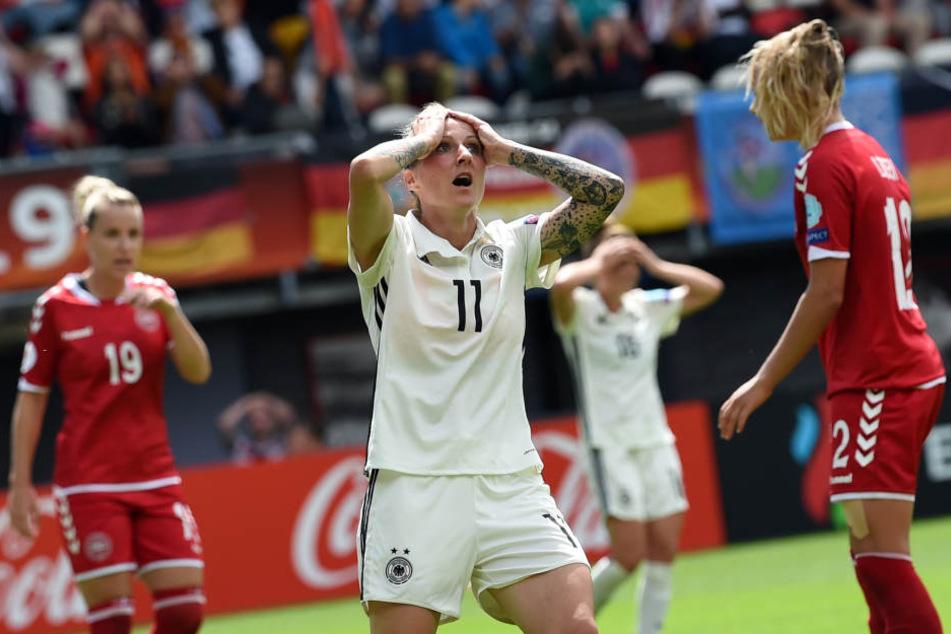 Deutschlands Anja Mittag (M) nach einer vergebenen Chance neben Dänemarks Cecilie Sandvej (l) und Stine Larsen.