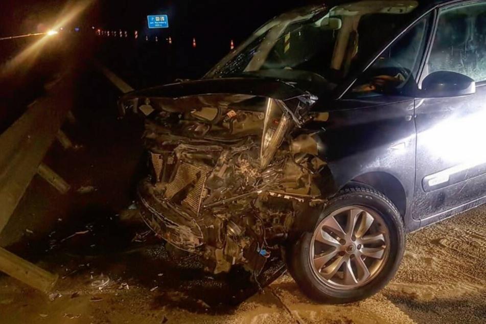 Der Renault des Unfallverursachers krachte in die Leitplanke.