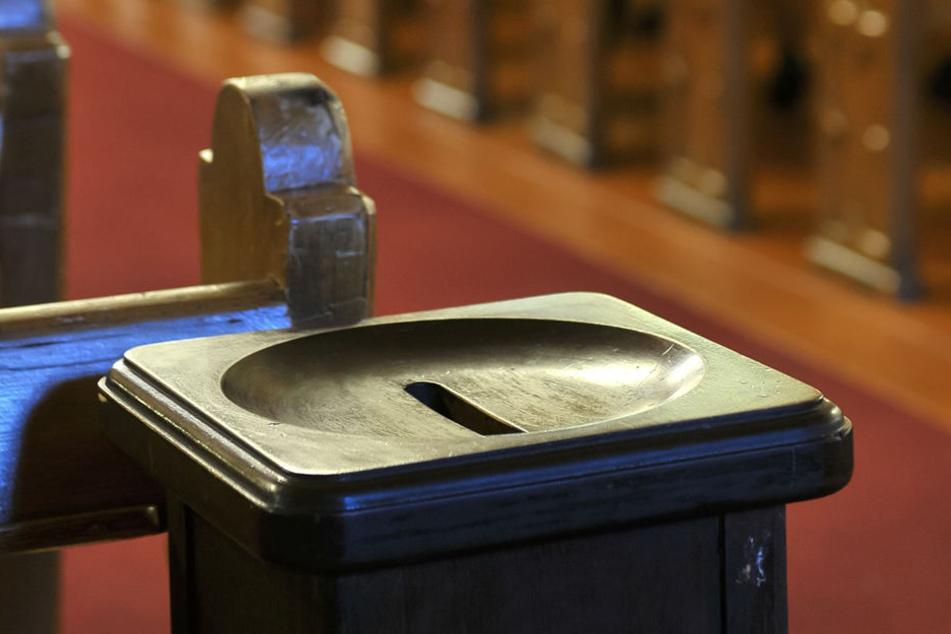 In Opferstöcken können Kirchengänger spenden.