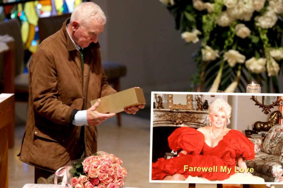 Frédéric Prinz von Anhalt verabschiedet 2016 auf einer Trauerfeier von seiner verstorbenen Frau Zsa Zsa Gabor.