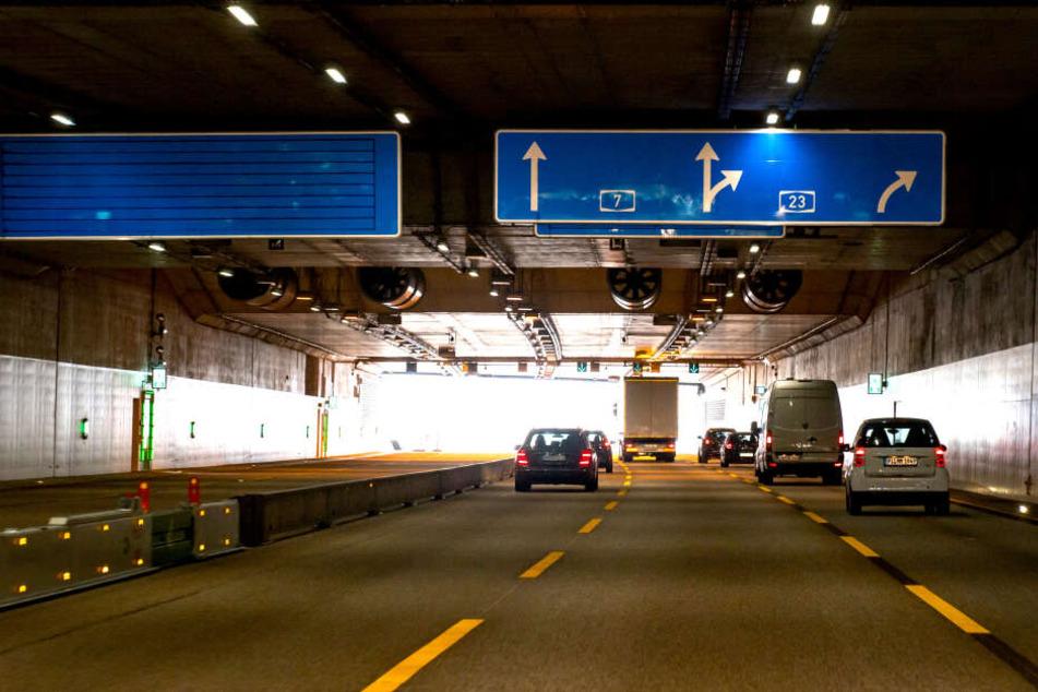 Der Autoverkehr von der Autobahn A7 rollt nun unter dem Lärmschutztunnel bei Stellingen.