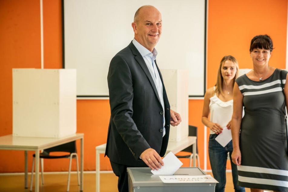 Dietmar Woidke (SPD), Ministerpräsident von Brandenburg, wirft neben seiner Frau Susanne und seiner Tochter Luise seinen Stimmzettel für die Landtagswahl in Brandenburg in die Wahlurne.