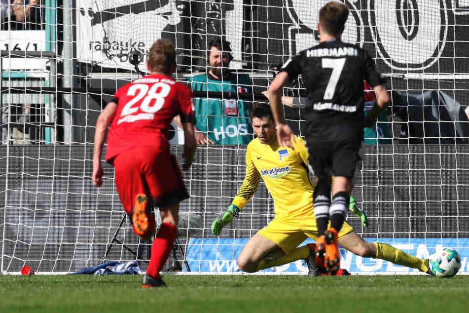 Gladbachs Hazard trifft per Elfmeter zum 2:1. Zuvor hatte Hertha beste Chancen liegen gelassen.