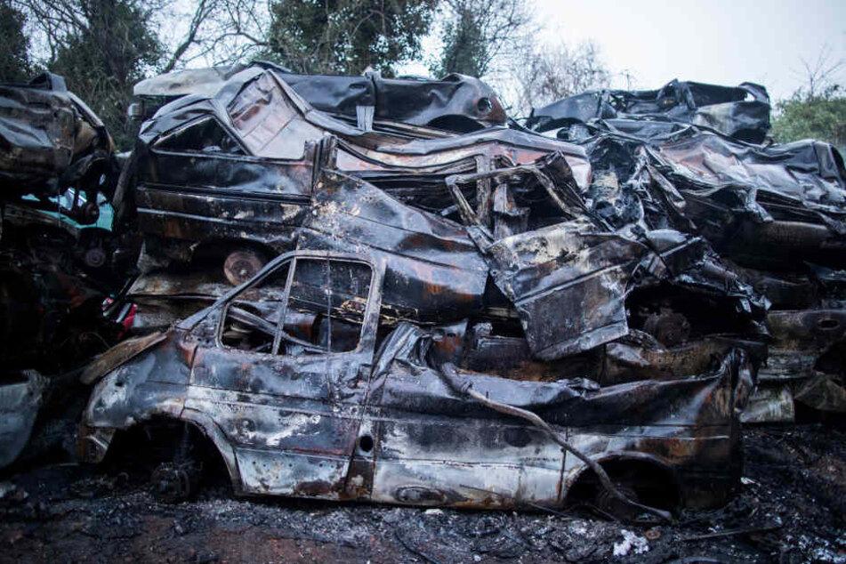 Die Polizei schätzt, dass 600 bis 1000 Autos ausbrannten.