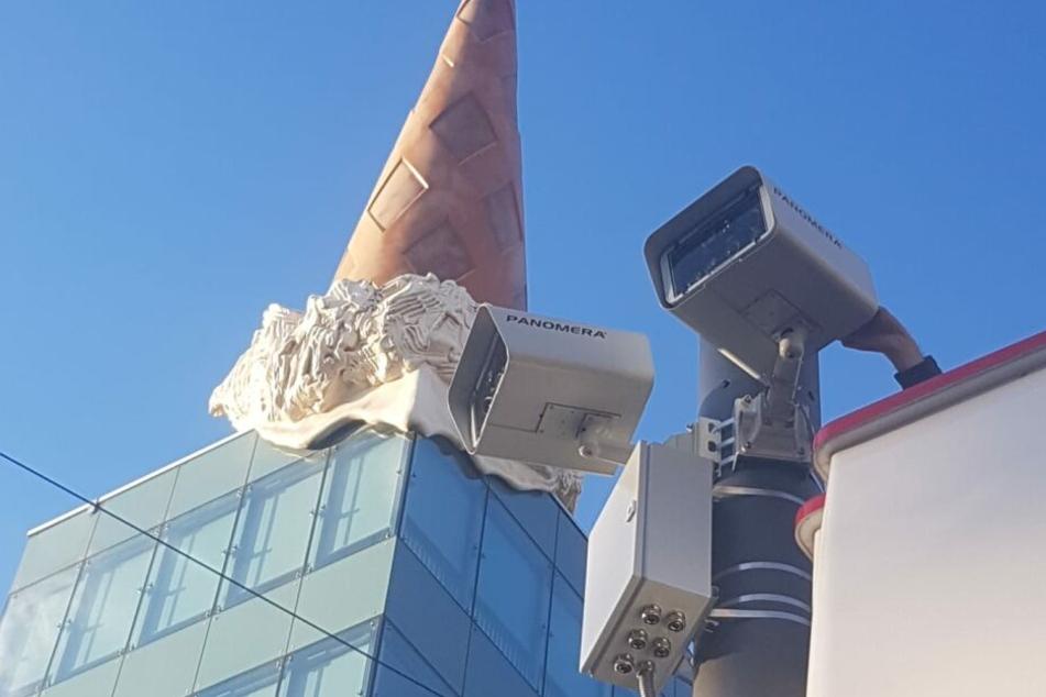 Zwei der insgesamt zehn geplanten Überwachungskameras am Kölner Neumarkt.