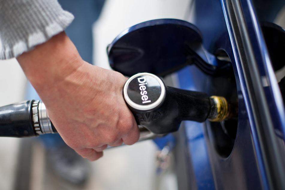 Selbst in der modernsten Schadstoffklasse Euro 6 blasen viele Diesel-Pkw laut einer Analyse des Forscherverbunds ICCT mehr giftige Stickoxide (NOx) aus dem Auspuff als neue Lastwagen oder Busse.