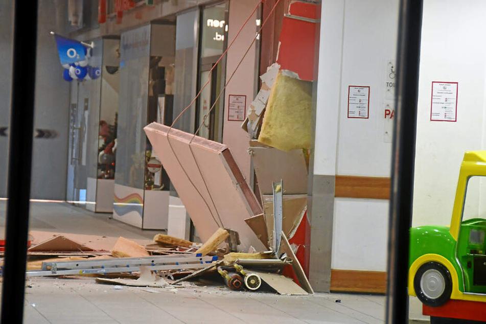 Trümmer einer Verkleidung vor einem Geldautomaten sind in Remscheid zu sehen.