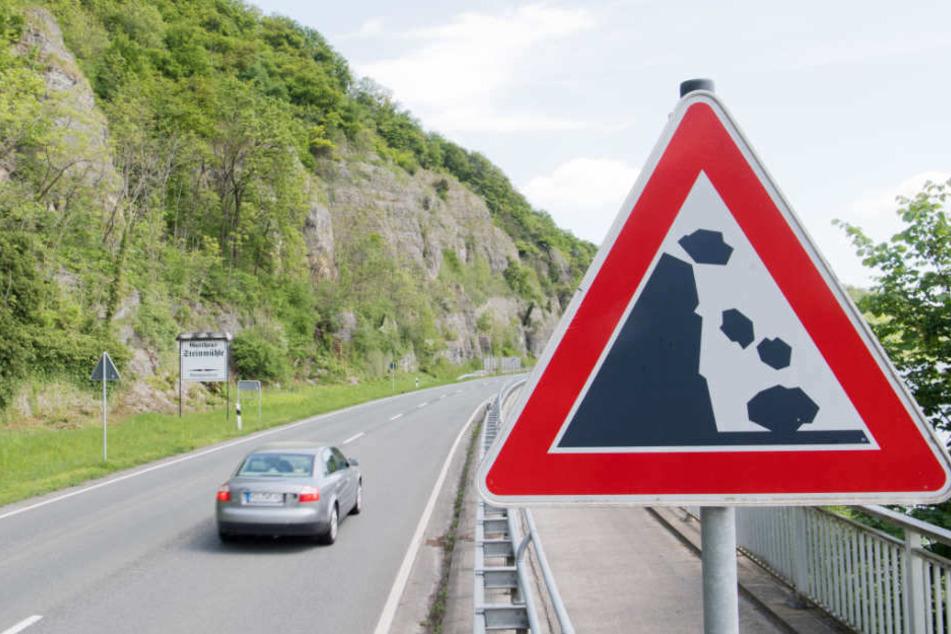 Auf einer Strecke von 1,5 Kilometer Länge könnten auf der B83 Steine abrutschen.
