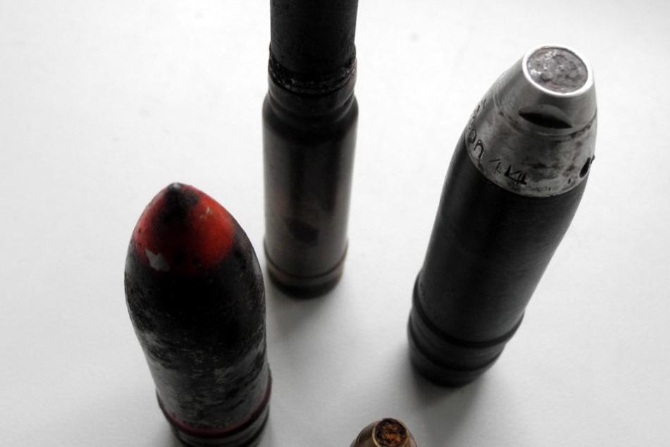 Der Waffenliebhaber (60) hatte mehrere Bomben und Granaten in seinem Wohnzimmer liegen. (Symbolbild)
