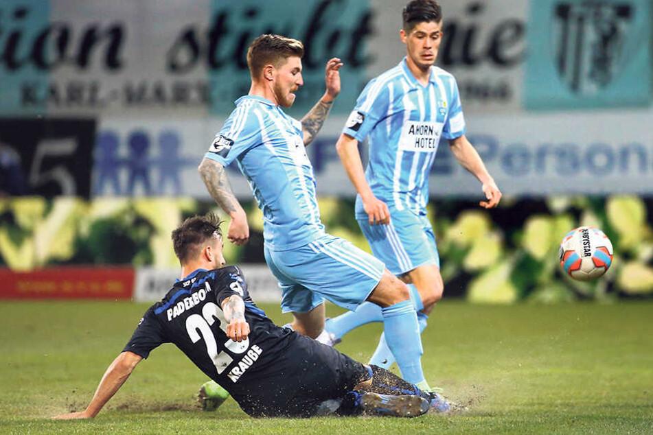 Philip Türpitz war gegen Paderborn nur schwer zu stoppen. Hier versucht Robin  Krauße zu klären. Im Hintergrund Dennis Mast.