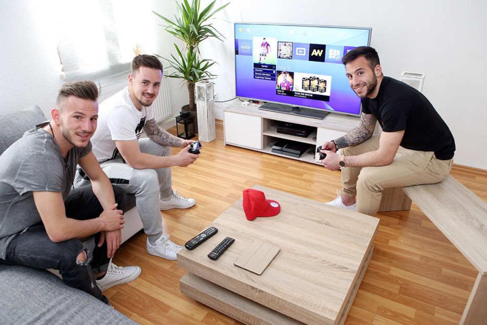Können sich auf der Playstation selbst ins Rennen schicken: (v.l.) Simon Skarlatidis,Simon Handle und Calogero Rizzuto.