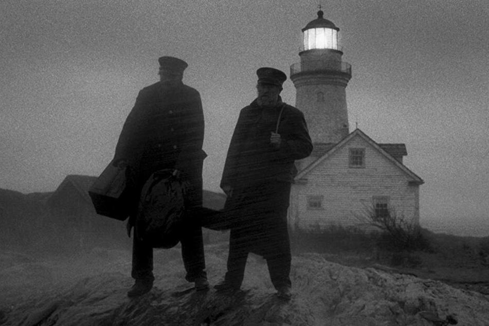 """""""Seebär"""" Thomas Wake (r., Willem Dafoe) und Neuling Ephraim Winslow (Robert Pattinson) kommen bei heftigem Sturm auf der abgelegenen Insel an."""