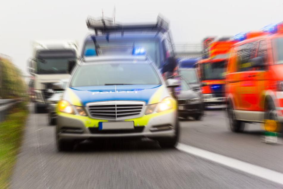 Der Fahrer des Audi starb noch an der Unfallstelle, sein Beifahrer wenig später im Krankenhaus (Symbolbild).