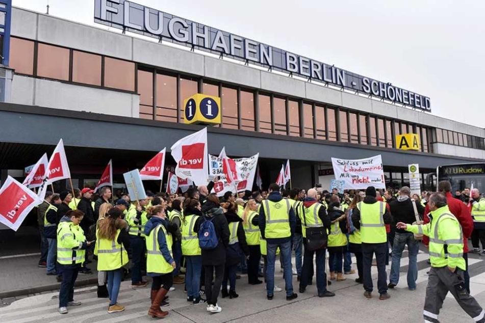 Streikende stehen vor dem Flughafen Schönefeld.
