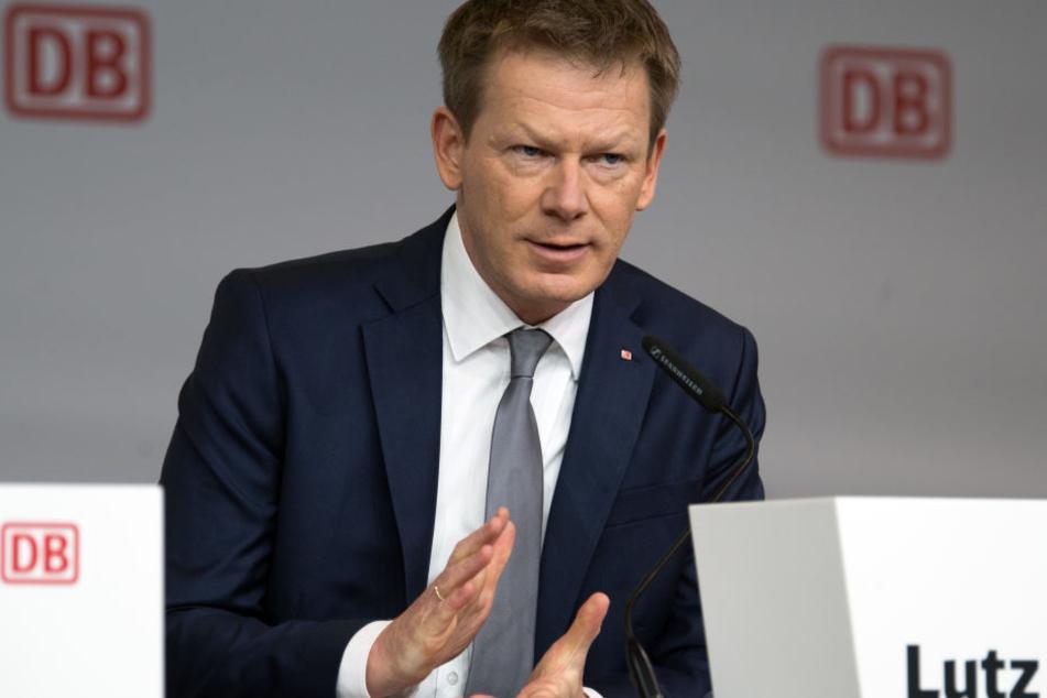 Richard Lutz, Vorstandsvorsitzender der Deutschen Bahn, spricht während einer Konferenz. (Archivbild)
