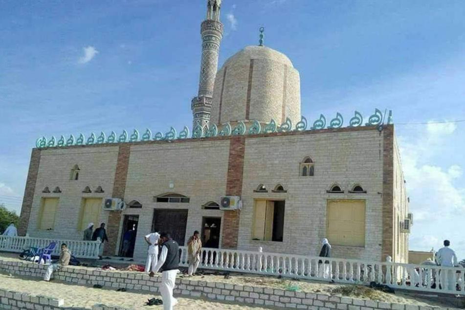 Muslimische Gläubige stehen vor der al-Rawdah-Moschee.
