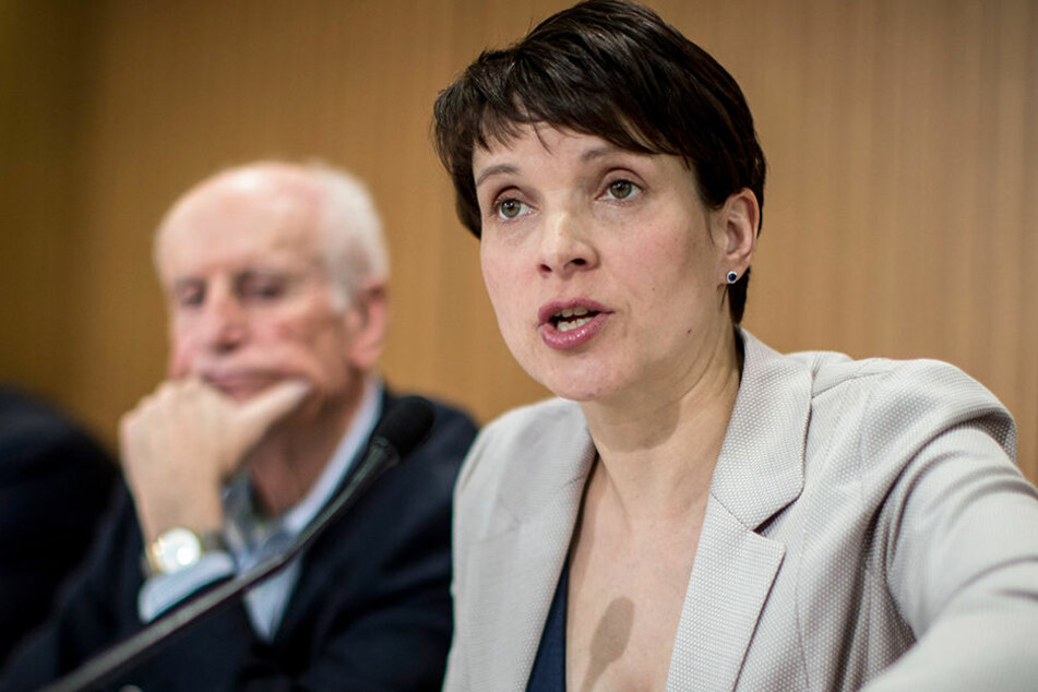 Frauke Petry (rechts im Bild, 41) hat Ärger wegen ihrer politischen Kontakte nach Russland.