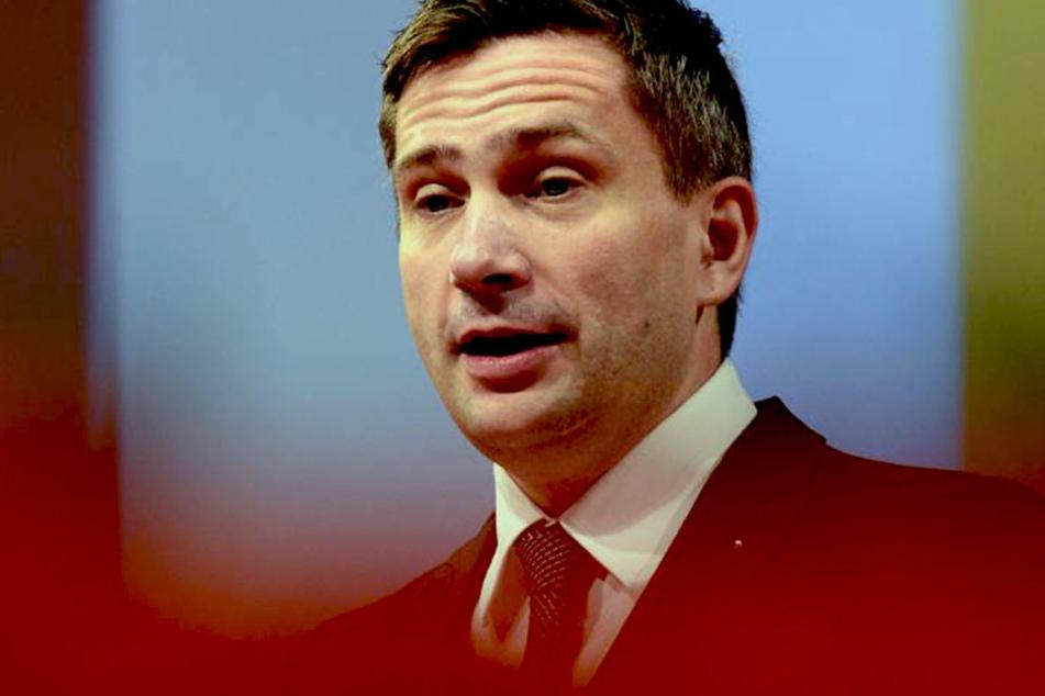 """Wirtschaftsminister Martin Dulig (SPD) hat einige Staatsstraßen nach unten  """"durchgereicht""""."""