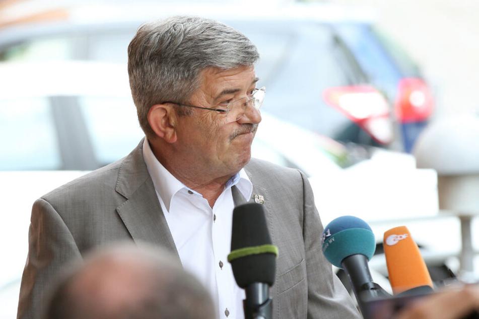 Mecklenburg-Vorpommerns Innenminister, Lorenz Caffier (CDU), spricht auf einer Pressekonferenz über die über die Prepper-Szene.