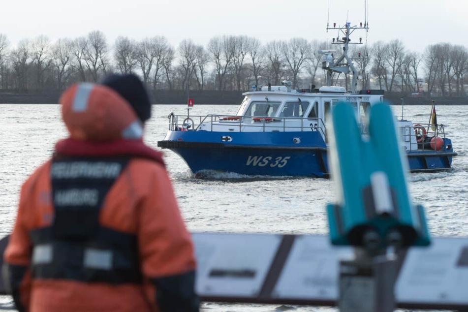 Die Besatzung eines Polizeibootes sucht das Wasser nach Hinweisen ab. (Symbolfoto)
