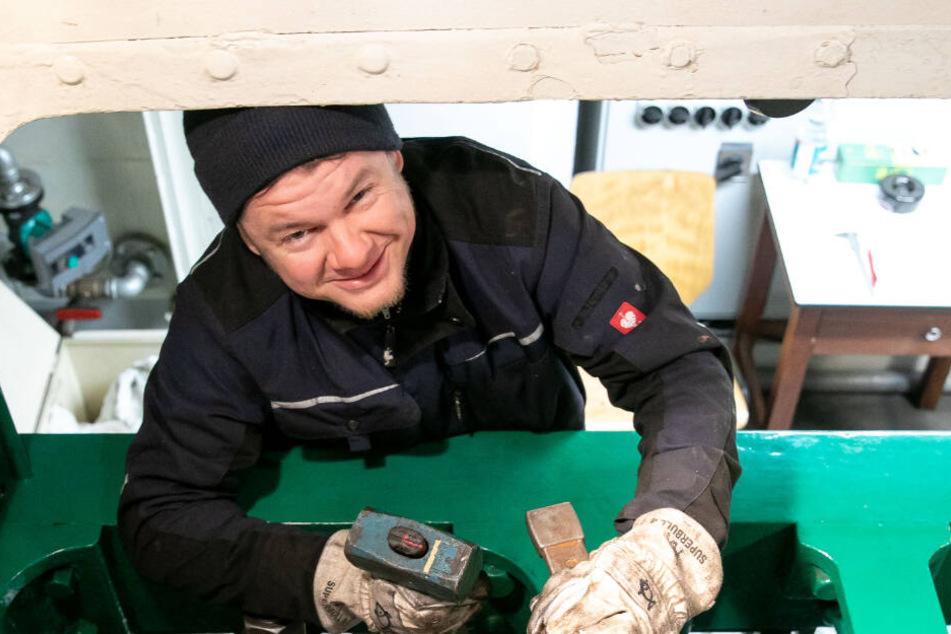 Auch im Schiffsbauch läuft die Arbeit wie geschmiert: Maschinist Falk Hering setzt mit dem Hammer die Lager nach.