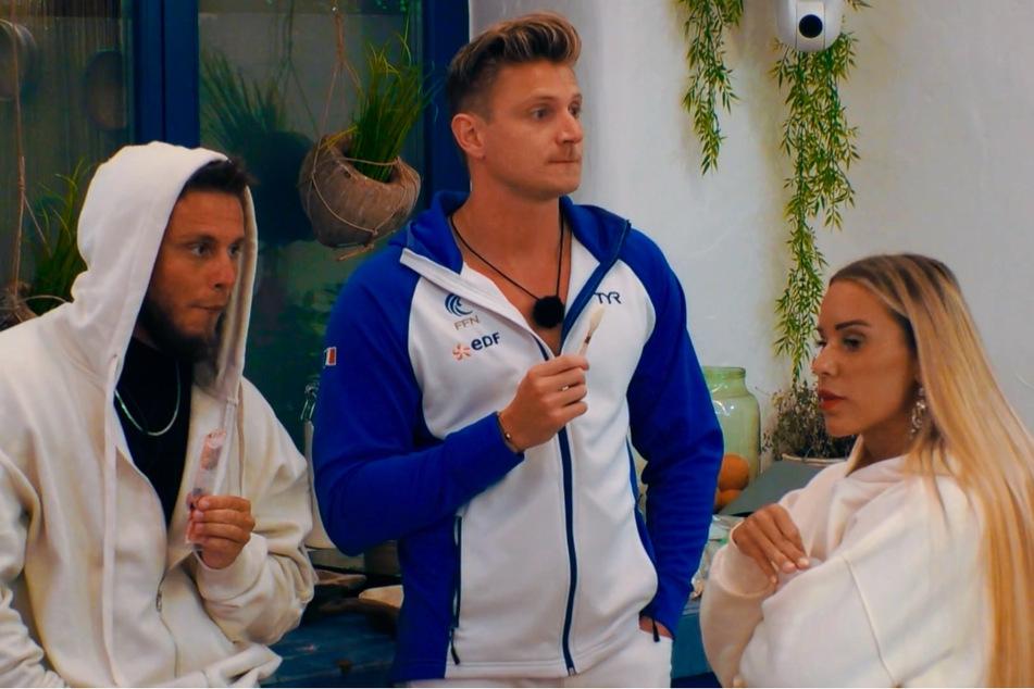Eugen (l.) und Vanessa (beide 28) sind über die geheime Liaison zwischen Finnja (22) und Diogo (26) not amused.